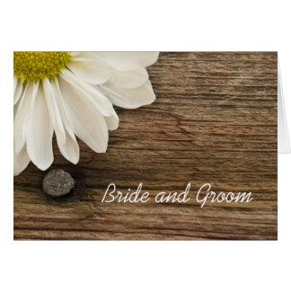 Margarida branca e convite de casamento de madeira cartão comemorativo