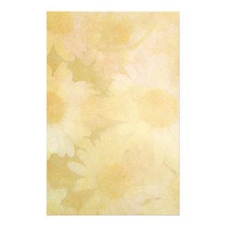 Margaridas em um fundo amarelo desvanecido papelaria