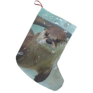 Meia De Natal Pequena Uma natação bonito da lontra de Brown em uma