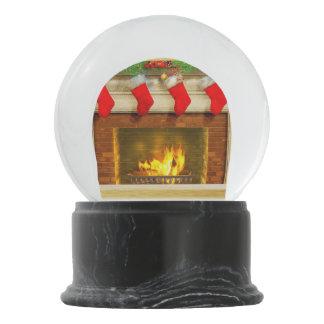 Meia do Natal e globo da neve da lareira