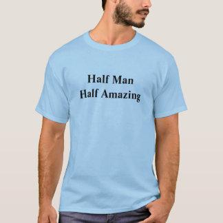Meio homem que surpreende parcialmente camiseta