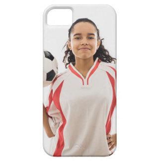 Menina adolescente que mantem a bola de futebol capa para iPhone 5