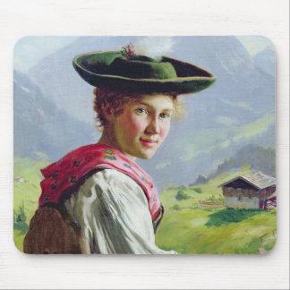 Menina com um chapéu na paisagem da montanha mouse pad