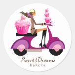 Menina cor-de-rosa do patinete do cupcake das etiq adesivos redondos