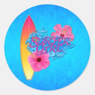 Menina do surfista adesivo redondo