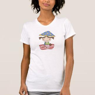 Menina em t-shirt e em presentes da praia