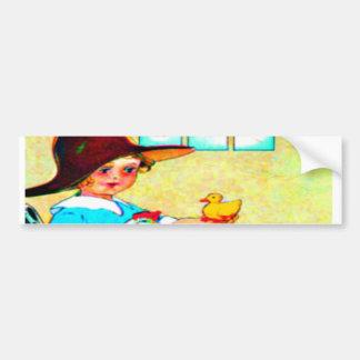 Menina em um chapéu flexível com choque de adesivo para carro