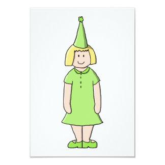 Menina em um equipamento verde do aniversário convite 8.89 x 12.7cm