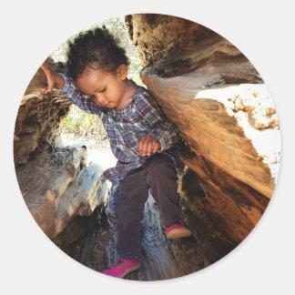 Menina em uma árvore adesivo