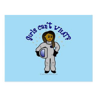 Menina escura do astronauta cartão postal