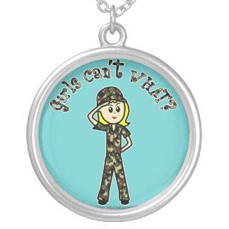 Menina fêmea loura do exército bijuteria