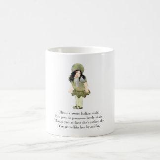 Menina italiana bonito da comida verde-oliva da caneca de café