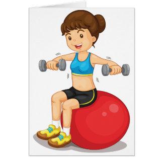 Menina que exercita com cartões dos pesos