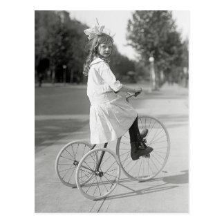 Menina que monta Triciclo, 1917 Cartão Postal