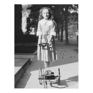Menina que monta Triciclo, 1918 Cartão Postal