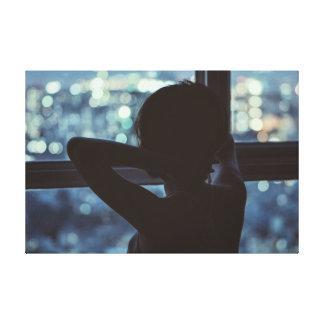 Menina que olha fora de sua janela