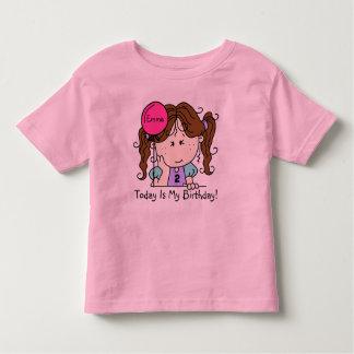 Menina triguenha feita sob encomenda com o t-shirt