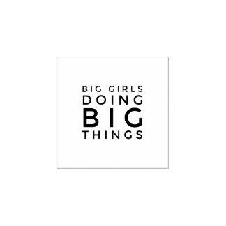 Meninas grandes que fazem carimbos de borracha