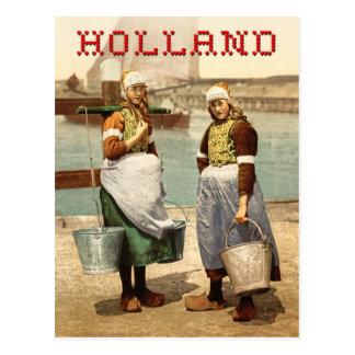 Meninas holandesas no traje e em obstruções tradic cartão postal