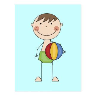 Menino com o camiseta e os presentes da bola de cartão postal