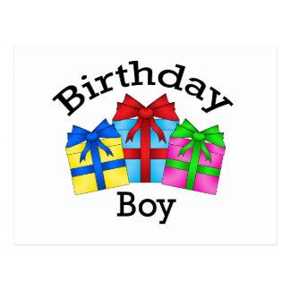 Menino do aniversário no preto com presentes cartão postal