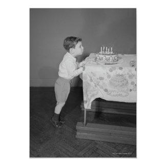 Menino que funde para fora velas convite 12.7 x 17.78cm