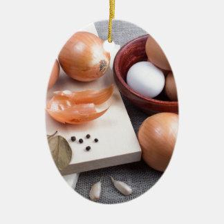 Mesa de cozinha com os ingredientes de comida crus ornamento de cerâmica oval