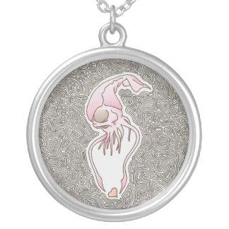mesmo um calamar detestável pode amar colar banhado a prata