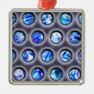 metal a grelha sobre uma textura azul de ornamento quadrado cor prata
