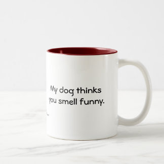 Meu cão pensa-o cheiro engraçado caneca dois tons