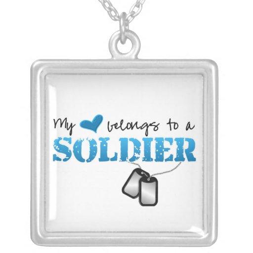 Meu coração pertence a um soldado pingentes
