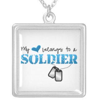 Meu coração pertence a um soldado colar com pendente quadrado