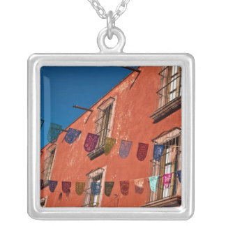 México, San Miguel de Allende. Bandeiras coloridas Colar Banhado A Prata