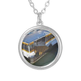 Molhe a estação de autocarro no canal grande em colar banhado a prata