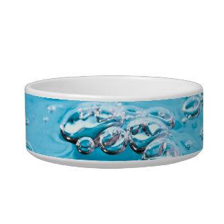 Molhe o fluxo em uma piscina tijelas para água para gatos
