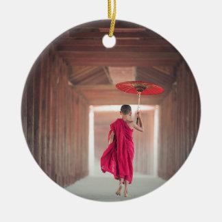 Monge budista com guarda-chuva vermelho ornamento de cerâmica redondo