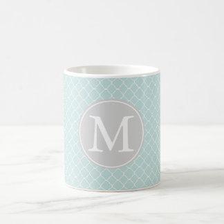 Monograma azul e branco do teste padrão de caneca de café