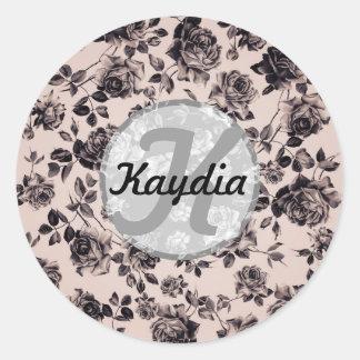 Monograma floral chique na moda do vintage branco adesivos em formato redondos