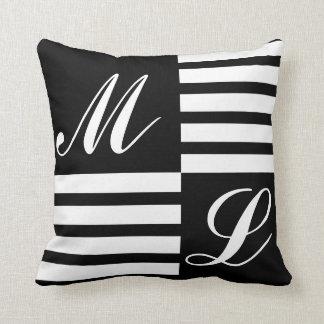 Monograma preto e branco das listras almofada