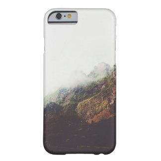 Montanhas enevoadas, cena de relaxamento da capa barely there para iPhone 6