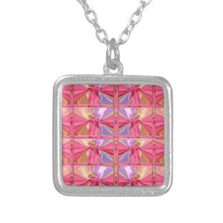 Mostra feliz do sorriso elegante do rosa cor-de-ro colares