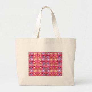 Mostra feliz do sorriso elegante do rosa bolsa para compras