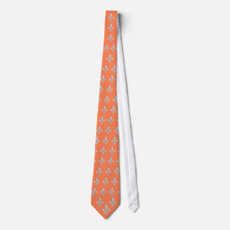 Motivo branco da flor de lis no laço coral do fund gravata