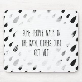 Mousepad Algumas pessoas da caminhada na chuva, outro