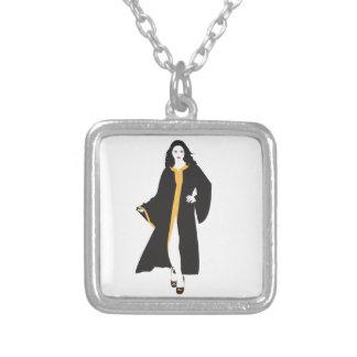 Mulher branca da mística colar com pendente quadrado