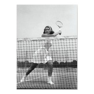 Mulher que joga o tênis convite 12.7 x 17.78cm