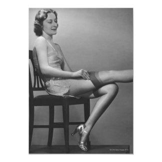 Mulher que senta-se na cadeira convites personalizado