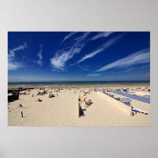 Na praia, céu azul póster