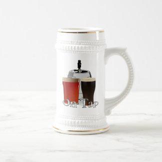 Na torneira - caneca de cerveja da cerveja/barril