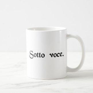 Na voz macia caneca de café